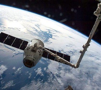 """""""猎鹰9""""将美航天局和私企卫星同时送入太空"""