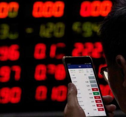2018年6月20日,上海一家券商营业部,一名股民在看手机上的股票信息。REUTERS/Aly Song