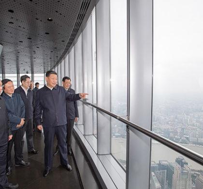 新华社照片,上海,2018年11月7日     习近平在上海考察     11月6日至7日,中共中央总书记、国家主席、中央军委主席习近平在上海考察。这是6日上午,习近平在上海中心大厦119层观光厅俯瞰上海城市风貌。     新华社记者 李学仁 摄