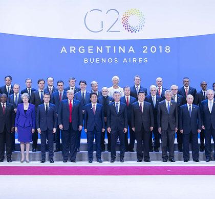 新华社照片,布宜诺斯艾利斯,2018年11月30日     习近平出席二十国集团领导人第十三次峰会并发表重要讲话     当地时间11月30日,二十国集团领导人第十三次峰会在阿根廷布宜诺斯艾利斯举行。国家主席习近平出席第一阶段会议并发表题为《登高望远,牢牢把握世界经济正确方向》的重要讲话。这是习近平同其他与会领导人合影。     新华社记者 李涛 摄